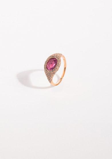 Anello in oro rosa con zaffiro rosa flat e pavè di diamanti pink
