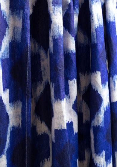 Tenda in lino con stampa geometrica blu