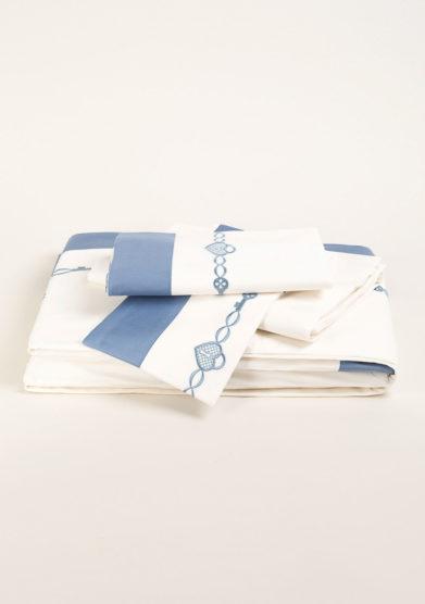 Completo letto in puro cotone con ricamo infinito blu
