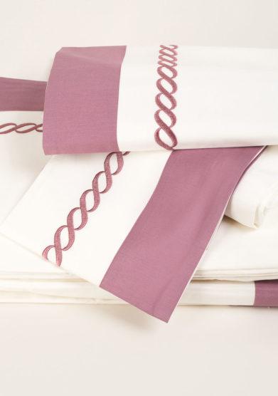Completo letto in puro cotone con ricamo treccia lilla