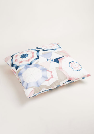 Cuscino in cotone con stampa ombrelli