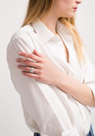 CREPUNDIA - Anello fascia in argento bianco e rubino