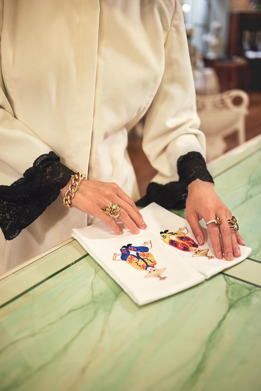 Helen Nonini sceglie un regalo nello storico atelier Loretta Caponi