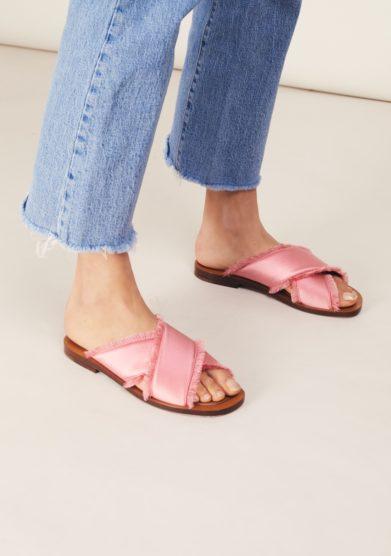 Sandalo sfrangiato ambleme incrociato raso rosa flamingo