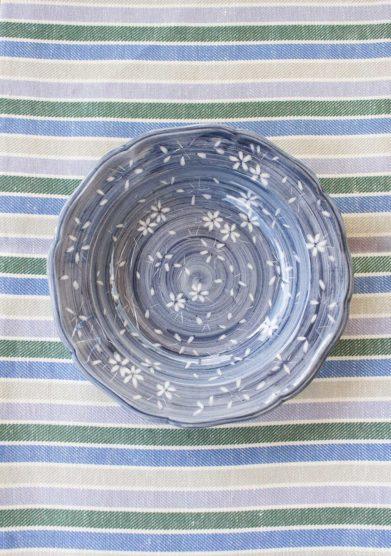 Il borro piatto fondo ceramiche San Marco blu fiori bianchi