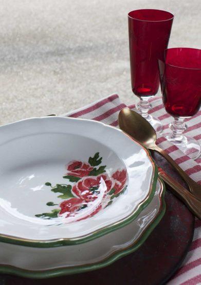 piatto piano ceramiche San Marco con fiori rossi lil borro