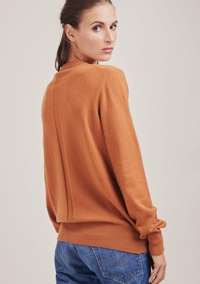 maglia paricollo Mary in cashmere cammello alyki