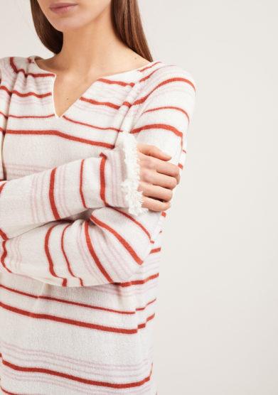 maglia serafino alyki in cashmere panna a righe rosa e mattone bordi sfrangiati