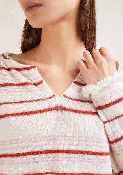 maglia serafino in cashmere panna a righe rosa e mattone bordi sfrangiati alyki
